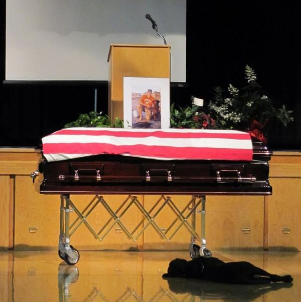 фото собаки на похоронах своего владельца